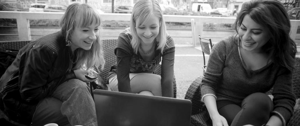 Carsten Sauerbier Diplomingenieur Maschinenbau three women in front of a laptop